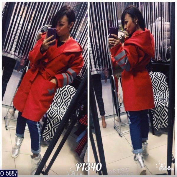 красное пальто с капюшоном