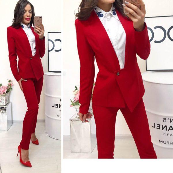 красный костюм классический