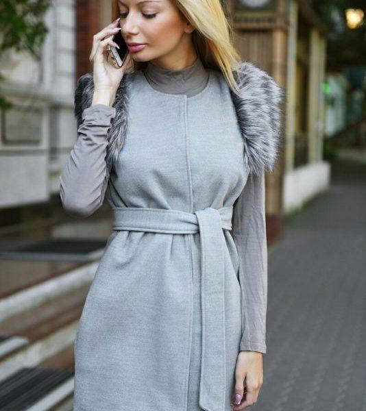 серый жилет с мехом