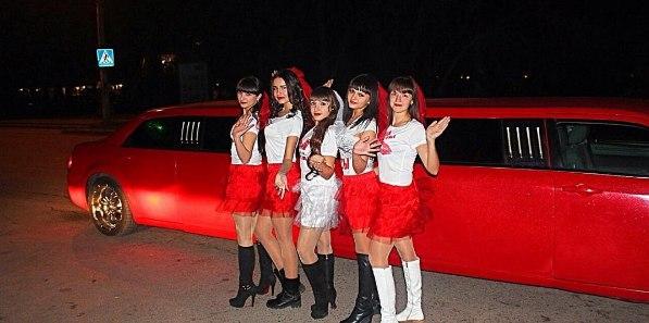 krasnyj-limuzin-i-devchenki