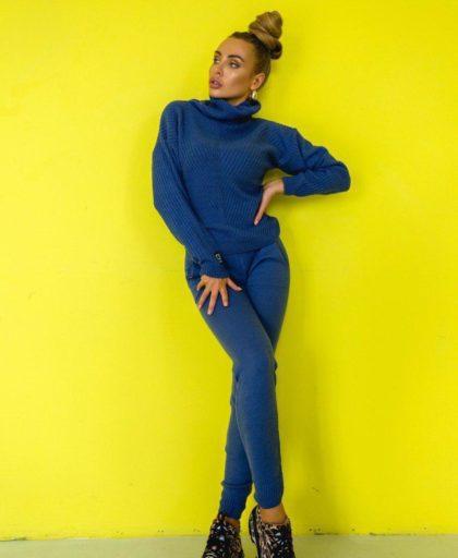 синий вязаный костюм