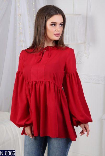 красная свободная блузка