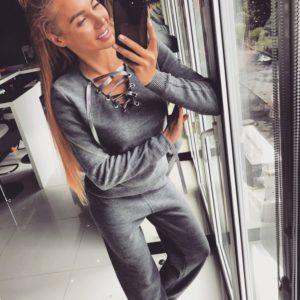 серый женский спортивный костюм