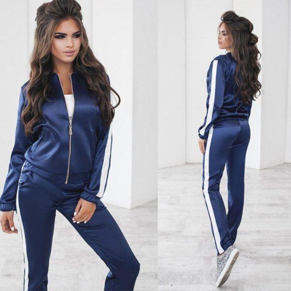 синий атласный костюм
