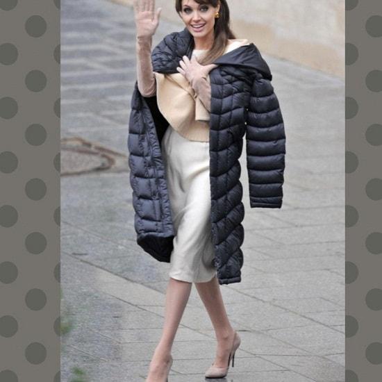 Анджелины Джоли в длинной куртке