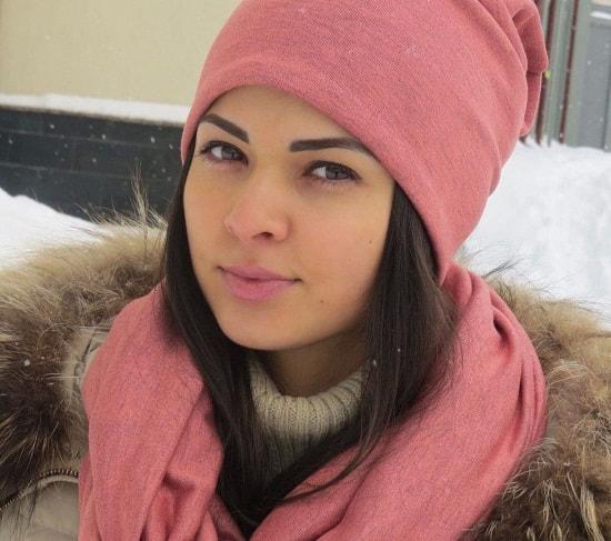 женщина в розовой шапке
