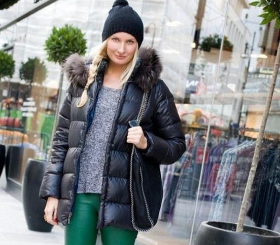 девушка в куртке и шапке с помпоном