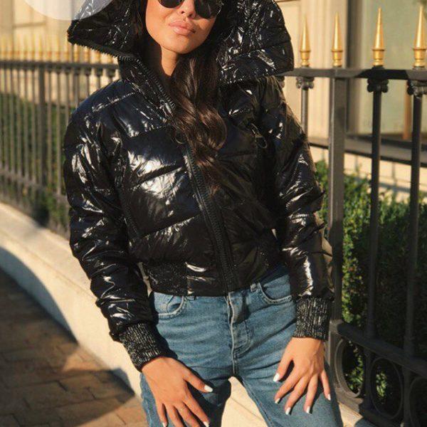 черная лаковая куртка