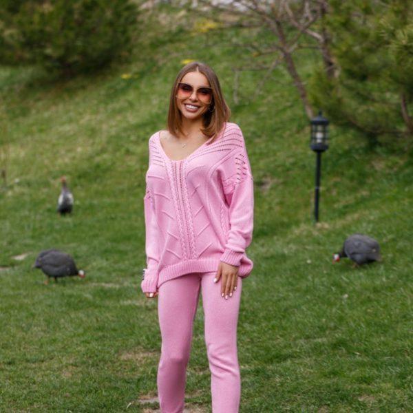 розовый вязаный костюм
