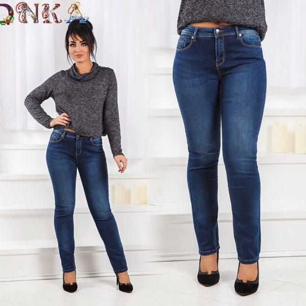 полная девушка в джинсах