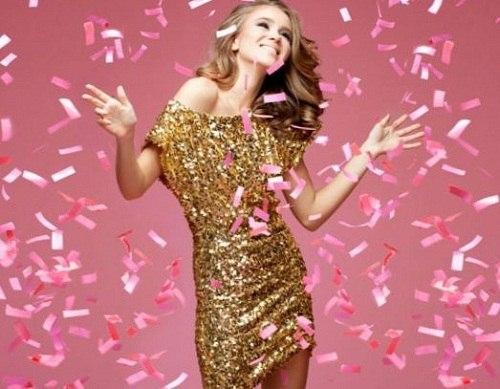 девушка в золотом мини платье