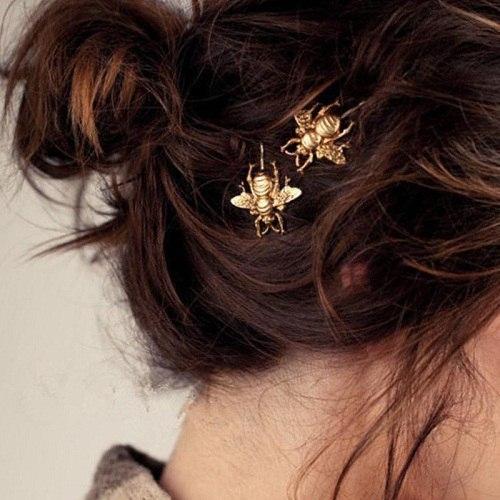украшение в виде шмеля в волосах