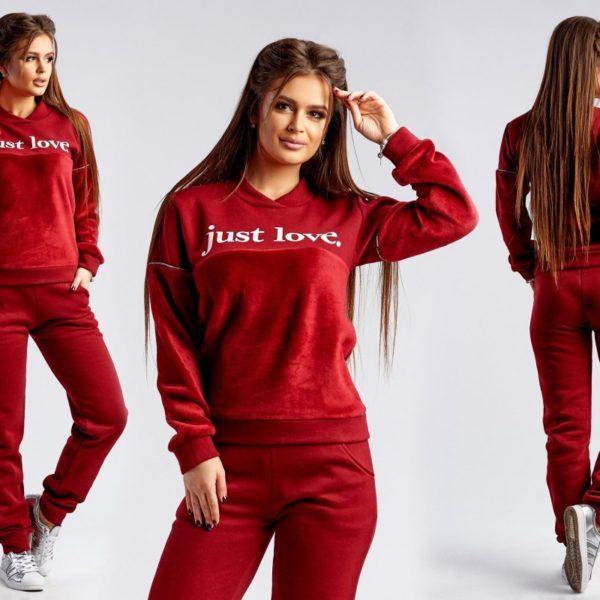 девушка в красном спортивном костюме