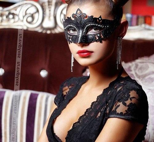 девушка в карнавальной маске