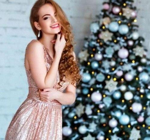 девушка и новогодняя елка