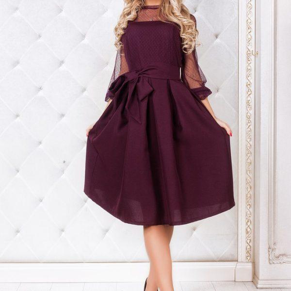 женщина в бордовом платье