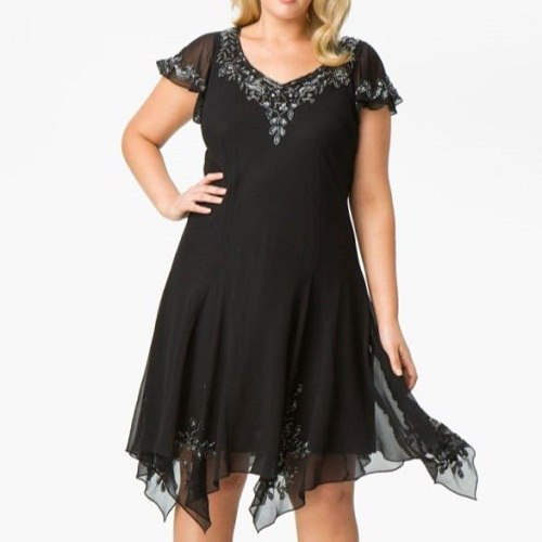 женщина в черном вечернем платье