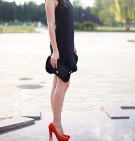 девушка в красных туфлях на каблуках