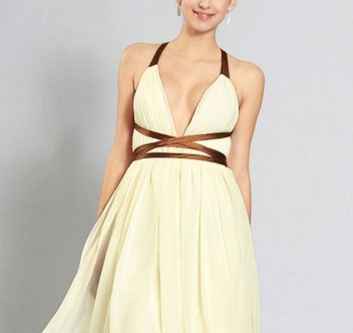девушка в платье с глубоким декольте