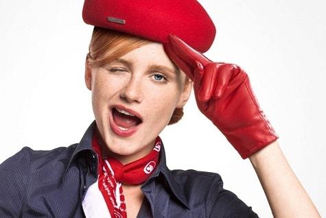 стюардесса в красном бирете и галстуке