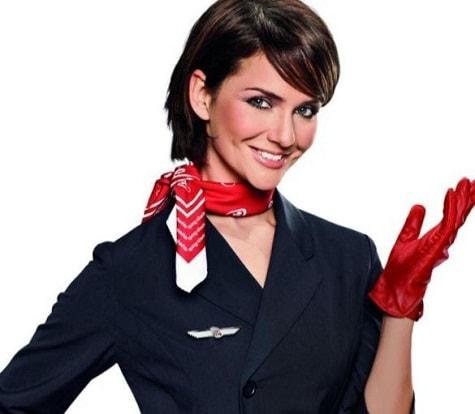 стюардесса в красных кожаных перчатках