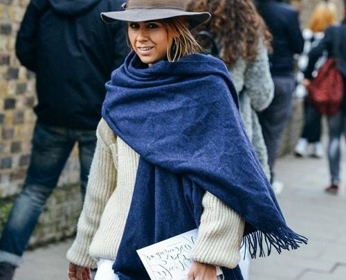 девушка в шляпе с широкими полями