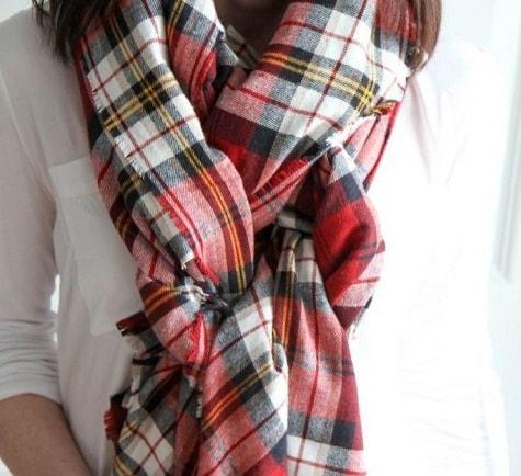 клетчатый шарф с белой блузкой
