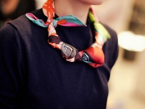 разноцветный платок с классическим платьем