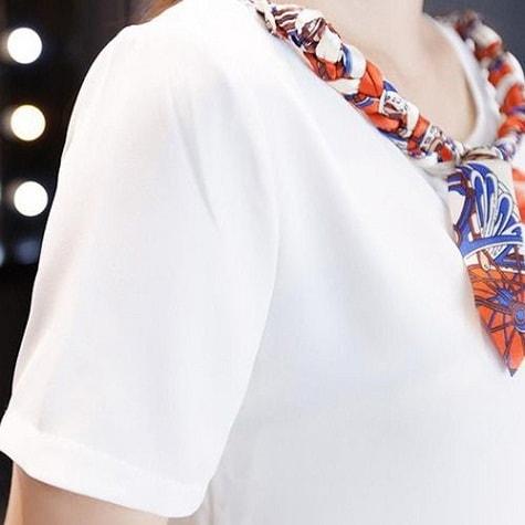 девушка в белой блузке