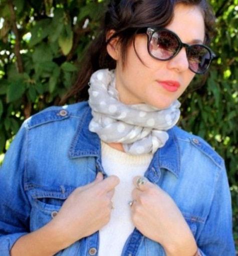женщина в джинсовой рубашке и очках