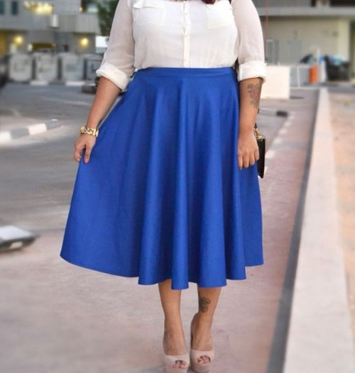 полная женщина в синей юбке
