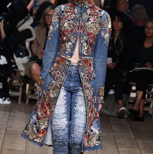 девушка в джинсовом костюме