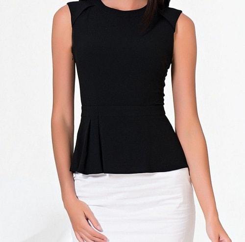 женщина в черной блузке
