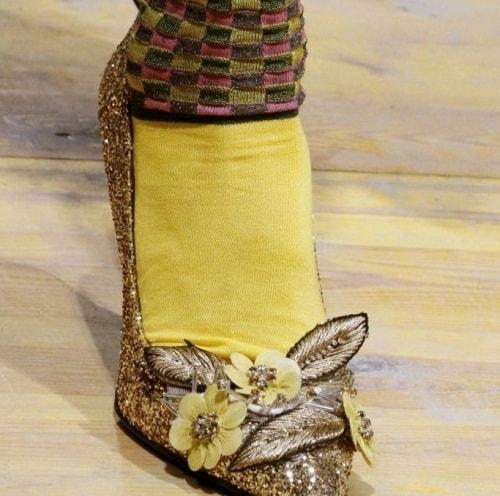 обувь женская в желтых носках