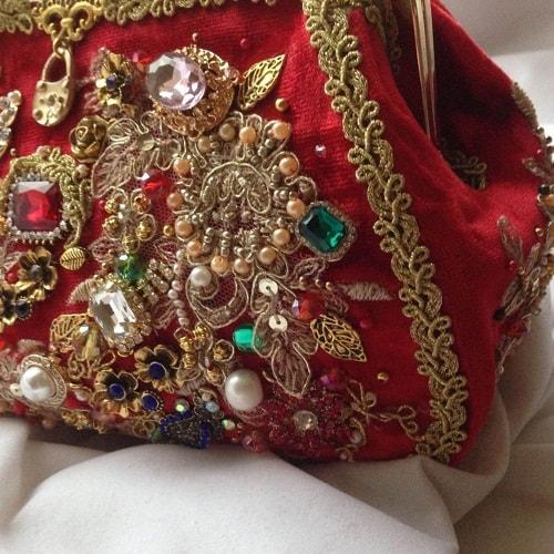 красная сумка со стразами и камнями
