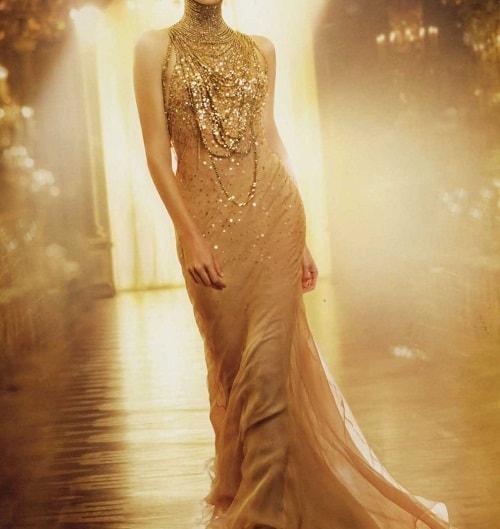 статная женщина в золотом вечернем платье