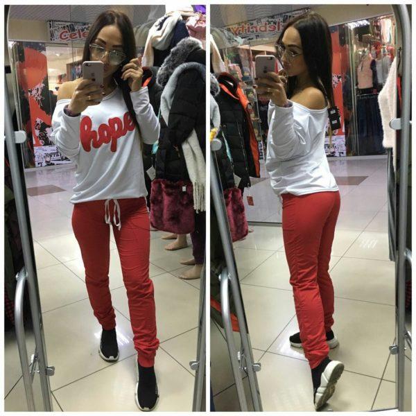 красные брюки с белой кофтой