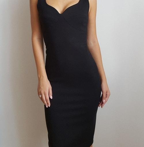 девушка в черном облегающем платье