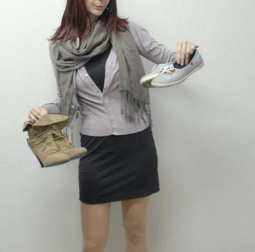 девушка с обувью в руках и шарфом на шее