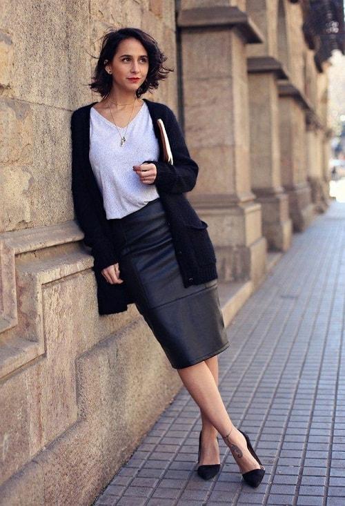 женщина в черной юбке и пиджаке