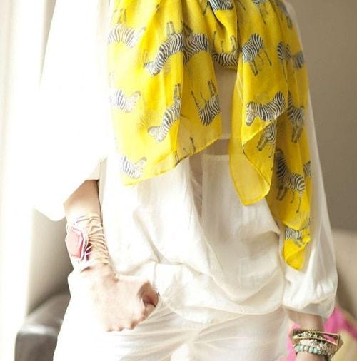 девушка в белых брюках и желтом платке