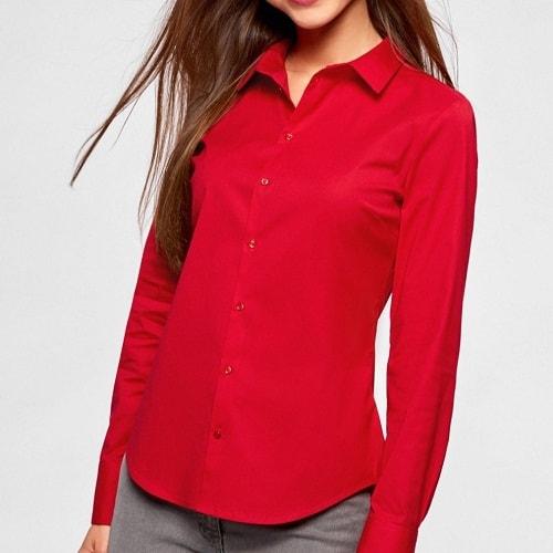 девушка в красной блузке и брюках