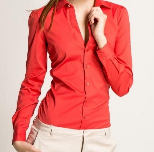 стильная девушка в красной блузе