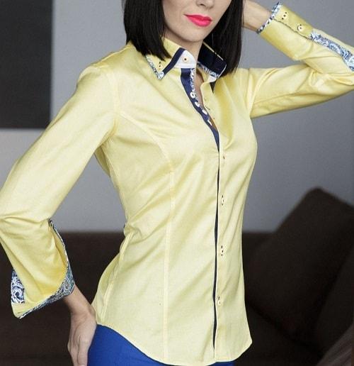 женщина в блузе спокойного цвета