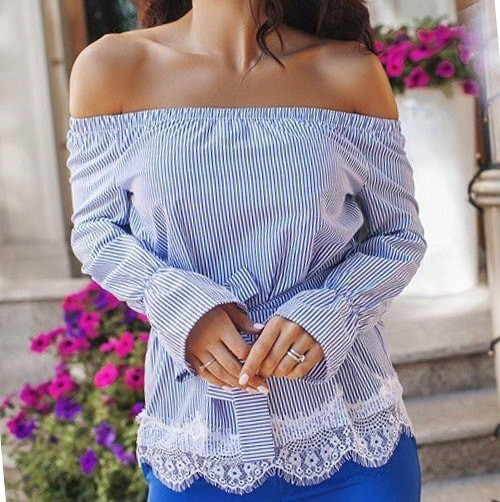 девушка в блузе из льна голубого цвета