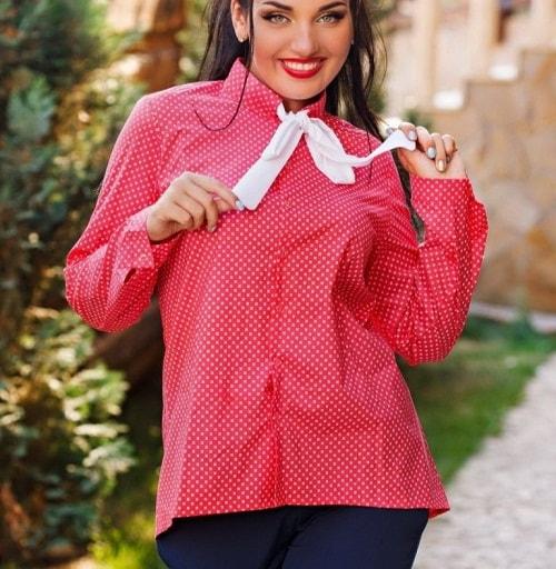 модная полная женщина в рубашке
