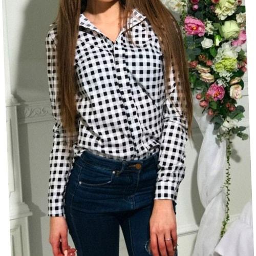 девушка в рубашке в клетку заправленную в джинсы