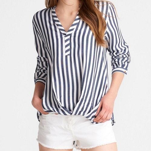 девушка в белых шортах и в рубашке