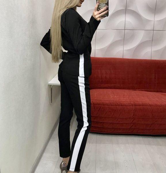 черный костюм с белыми лампасами