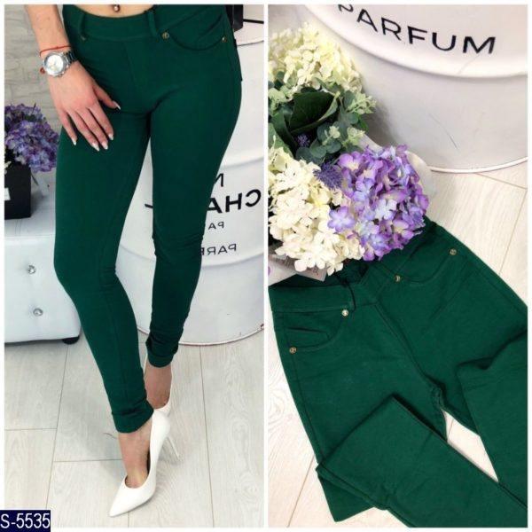 зеленые облегающие брюки